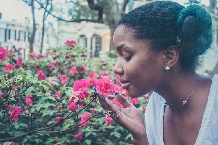 Donna che annusa una rosa